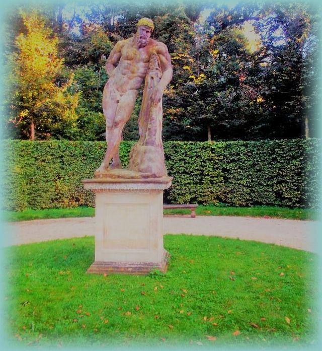 Skulpturen in barocker Schlossgartenanlage