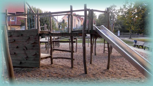 großer Holzspielplatz mit Schaukeln und Rutschen in Dresden