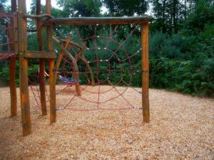 Geschicklichkeit trainieren auf dem Kinderspielplatz Kleinzschachwitz