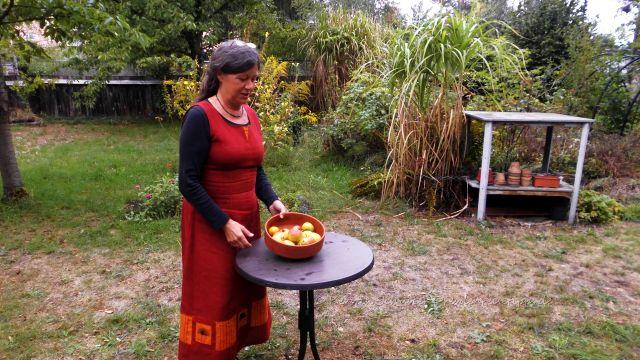 Silvia Tröster mit den Schätzen aus dem Garten - knackige, kleine Äpfel, eine uralte Sorte.