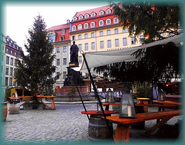 Nostalgischer Weihnachtsmarkt vor der Dresdner Frauenkirche
