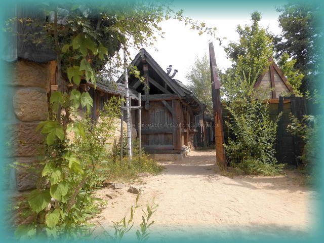 SteinReich Holzhütten Dorf