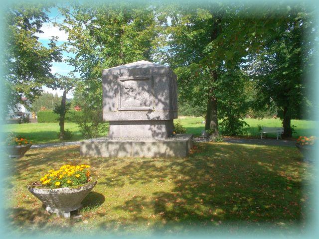Park mit Kriegerdenkmal