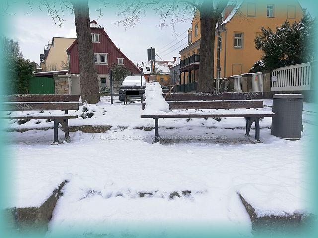 Dresdner Parkbank mit Schneemann