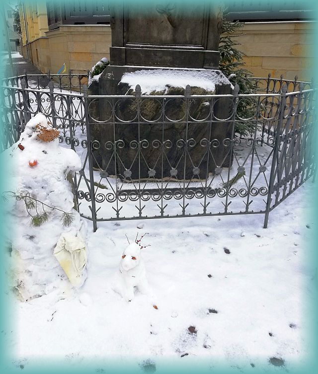 Schneefiguren am Neuberin Denkmal