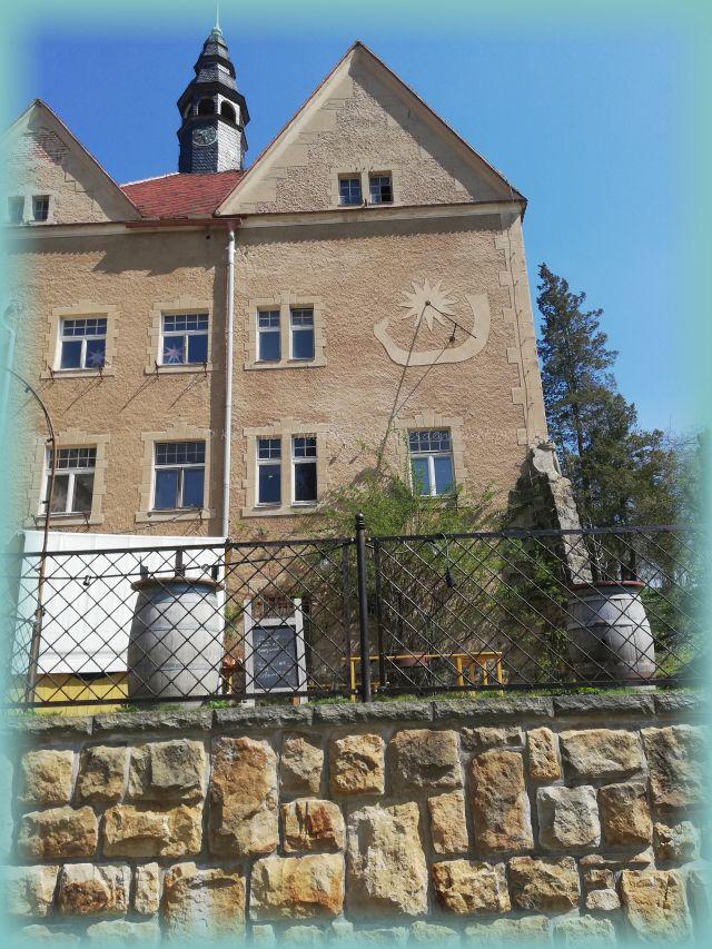 Fassade mit Sonnenuhr Schloss Thürmsdorf